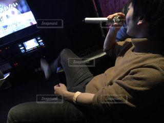 テレビの前に座っている人の写真・画像素材[1755082]