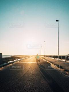 道路に佇む人の写真・画像素材[1510726]