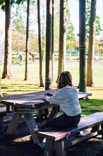 ピクニック用のテーブルに座っている人の写真・画像素材[1804902]