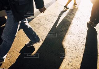 駅のホームを歩く人の足元の写真・画像素材[1804906]