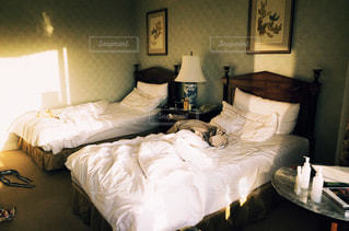 ホテルの部屋でダブルベッドの写真・画像素材[1804910]
