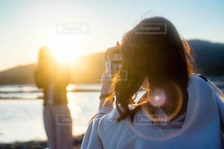カメラで撮り合う女子の写真・画像素材[1818786]