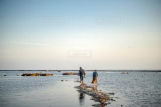 海岸で遊ぶ男女の写真・画像素材[1818789]