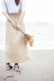 ドライフラワーの花束を持つ女性の写真・画像素材[1822190]