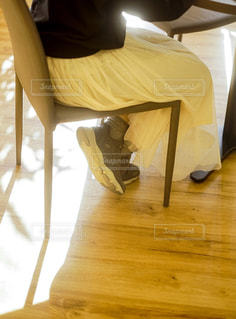 休憩する人の足元の写真・画像素材[1859586]