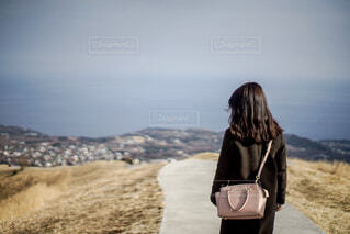 大室山の上を歩く女性の写真・画像素材[1859611]