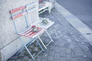 歩道にあるベンチの写真・画像素材[1859621]