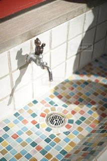 カラフルな手洗い場の写真・画像素材[1859626]