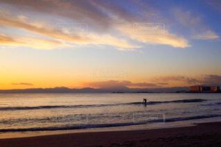 サーフィンをする人の写真・画像素材[1859628]