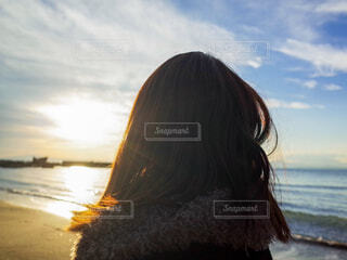 海の前に立っている人の写真・画像素材[1859630]