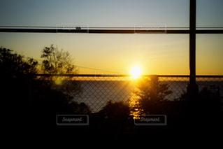 夕暮れ時の車窓の写真・画像素材[1864469]