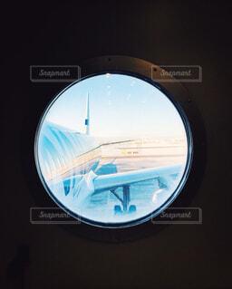 窓越しに見た飛行機の写真・画像素材[1864484]