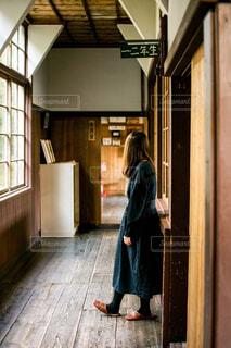 ドアの前に立っている女性の写真・画像素材[1864486]