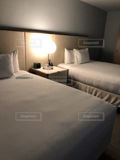 外国のホテルのベッドルームの写真・画像素材[1864488]
