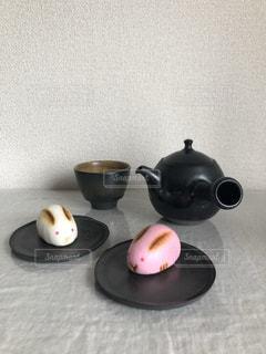 テーブルの上の急須とグラスの写真・画像素材[1864501]