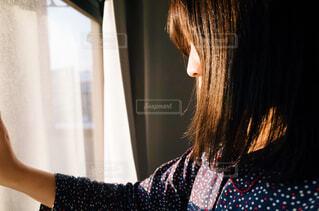 朝日を浴びる女性の写真・画像素材[2072531]