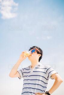 ビールを飲む男性の写真・画像素材[2209085]