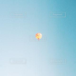 空を飛ぶ気球の写真・画像素材[2209087]