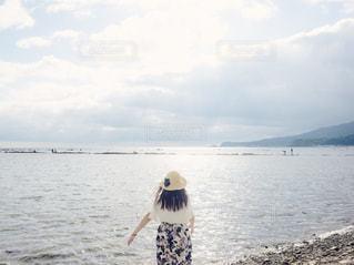 海に向かう女性の写真・画像素材[2209090]