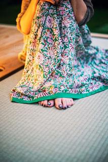 畳の上に体育座りする女性の写真・画像素材[2375087]