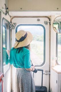 旅にでる女性の写真・画像素材[2375090]
