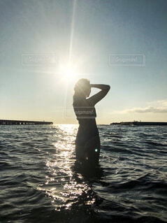 泳ぐ女性の写真・画像素材[2375160]