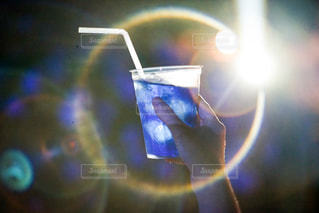 光に照らされるドリンクの写真・画像素材[2375162]