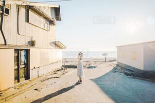 ビーチに立っている人の写真・画像素材[2375163]