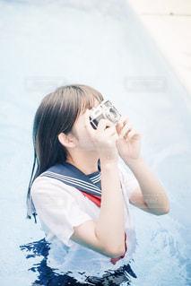 プールに入る女子高生の写真・画像素材[2375166]