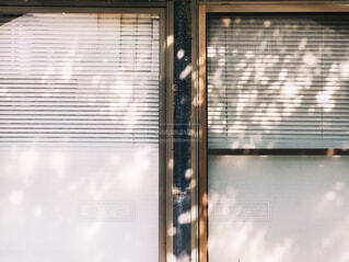窓に映る光の写真・画像素材[2471007]