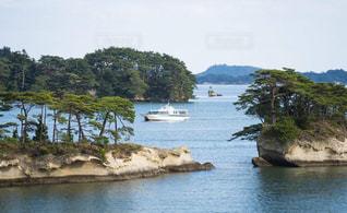水の体の真ん中にある小さな島の写真・画像素材[1513898]