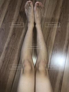 木製の表面の上に立って足のペアの写真・画像素材[1515553]