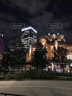 夜の東京駅丸の内南口と超高層ビルの写真・画像素材[1517727]