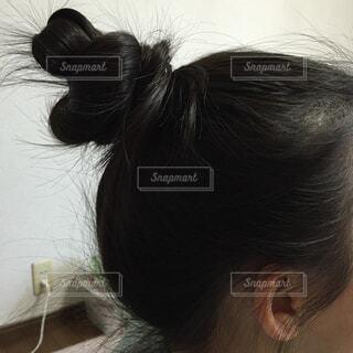 キレイに丸い頭で、お団子を結いました。の写真・画像素材[1512027]