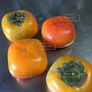 キッチンに並べた柿、4個。の写真・画像素材[1512032]