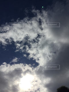 空の雲の向こうに太陽。の写真・画像素材[1513388]