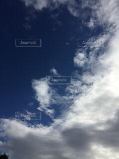 青い空に雲の写真・画像素材[1513392]