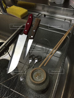 台所の流し台に渡してある、水切りカゴ。の写真・画像素材[1515769]