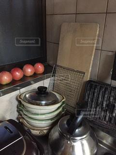 まだ青いトマトはいつも窓ぎわに並べて置きます。の写真・画像素材[1515771]