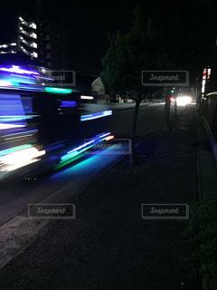 夜の暗い道路をトラックが走り去る。の写真・画像素材[1518319]