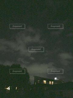 夜の家の灯りと空。の写真・画像素材[1518888]