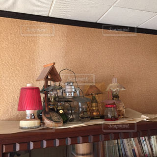 本棚の上のランプたち。の写真・画像素材[1520817]
