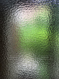 くもりガラス越しに外を見る。の写真・画像素材[1524854]
