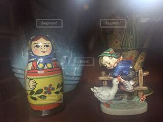 飾り棚の中のマトリョーシカと置物。の写真・画像素材[1526416]