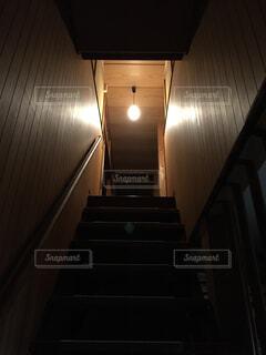 暗い階段を見上げる。の写真・画像素材[1527571]