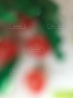 クリスマスツリーとオーナメントのアップのぼかしのイメージ。の写真・画像素材[1537017]