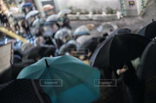 観衆の前で傘を持っている人の写真・画像素材[1522431]