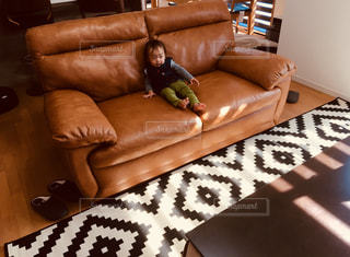 リビング ルームで茶色の革のソファの写真・画像素材[1514018]