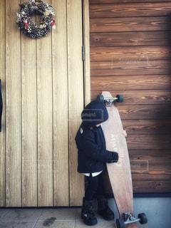 木製のドアの前での写真・画像素材[1687670]