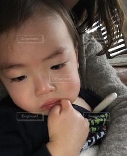 近くに赤ちゃんのアップの写真・画像素材[1688722]
